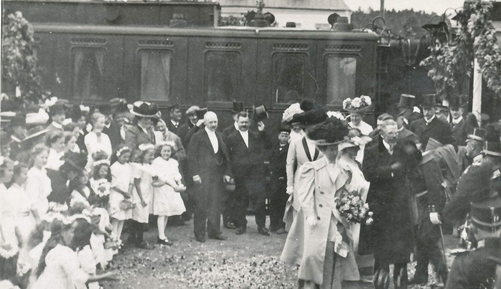 Gustav V och Viktoria anländer